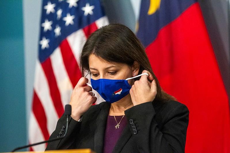 Mandy Cohen dijo que los Latinos en Carolina del Norte que se vacunen no deben temer que sus datos sean divulgados
