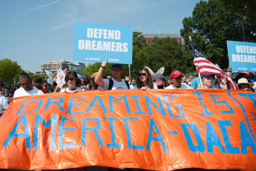 Ordenan a Trump restaurar DACA